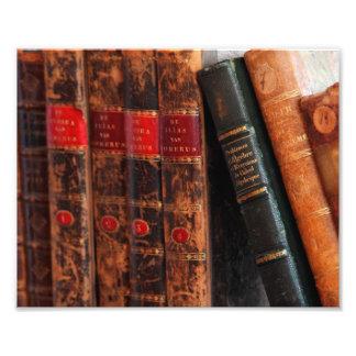 Estante de libros antiguo rústico de la biblioteca cojinete