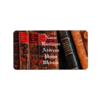 Estante de libros antiguo rústico de la biblioteca etiquetas de dirección