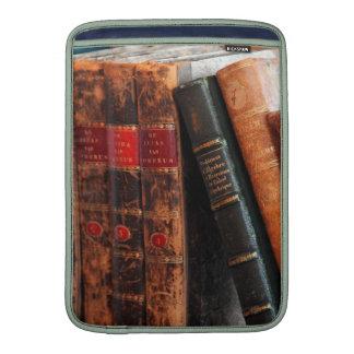 Estante de libros antiguo rústico de la biblioteca funda  MacBook