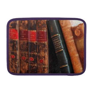 Estante de libros antiguo rústico de la biblioteca fundas MacBook
