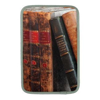 Estante de libros antiguo rústico de la biblioteca funda macbook air