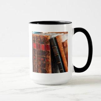 Estante de libros antiguo rústico de la biblioteca taza