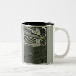 estante de los servidores del ordenador del taza de café de dos colores