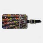 Estantes de las barras de chocolate en tienda etiqueta para equipaje