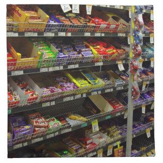 Estantes de las barras de chocolate en tienda servilletas imprimidas