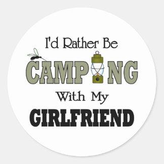 Estaría acampando bastante con mi novia pegatina redonda