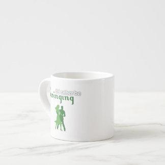 Estaría balanceando bastante taza espresso