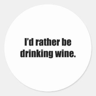 Estaría bebiendo bastante el vino pegatina redonda