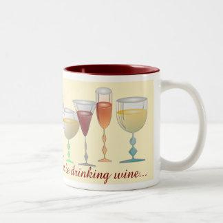 Estaría bebiendo bastante el vino tazas de café
