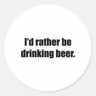 Estaría bebiendo bastante la cerveza pegatina redonda