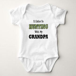 Estaría cazando bastante con el abuelo camiseta