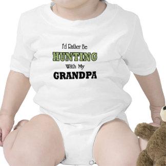 Estaría cazando bastante con el abuelo trajes de bebé