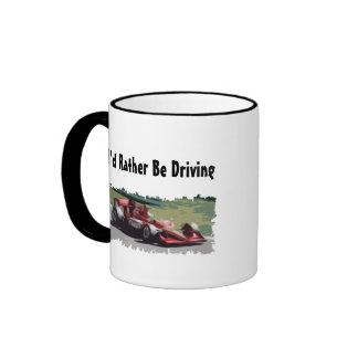Estaría conduciendo bastante la taza de café del c