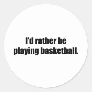 Estaría jugando bastante a baloncesto pegatina redonda