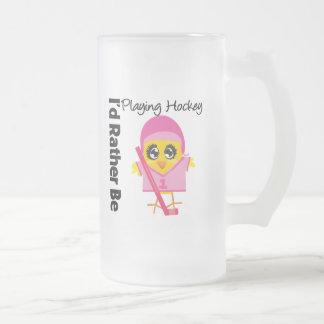 Estaría jugando bastante a hockey taza de café