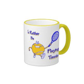 Estaría jugando bastante a tenis taza de dos colores