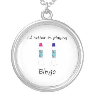 Estaría jugando bastante el bingo (los colgante redondo