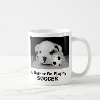 Estaría jugando bastante el perrito inglés del taza básica blanca
