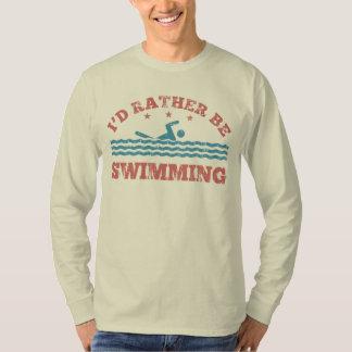 Estaría nadando bastante polera