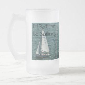 Estaría navegando bastante, el velero blanco taza de cristal