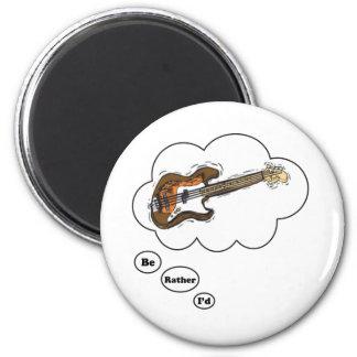 estaría tocando bastante la guitarra baja iman de nevera