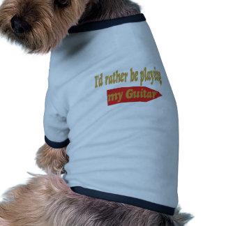 Estaría tocando bastante mi guitarra camiseta con mangas para perro