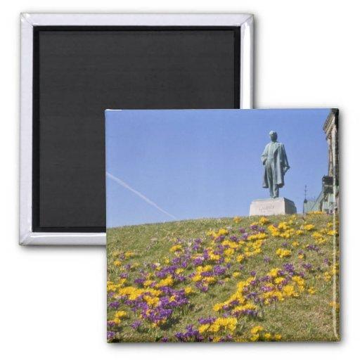 estatua amarilla de sir Wilfrid Laurier, colina de Imán Cuadrado