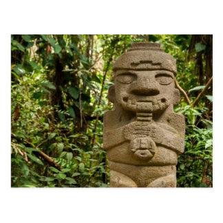 Estatua antigua que toca la flauta postales