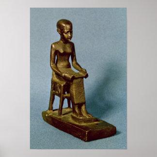 Estatua asentada de Imhotep que sostiene un abiert Poster
