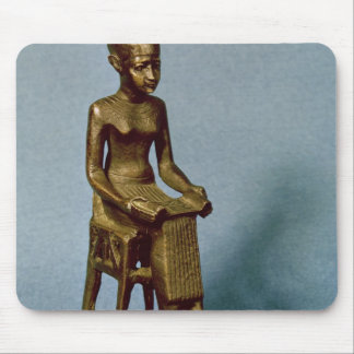 Estatua asentada de Imhotep que sostiene un abiert Alfombrilla De Raton