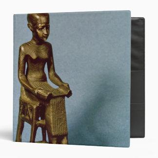 Estatua asentada de Imhotep que sostiene un