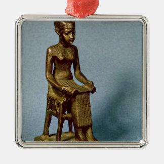 Estatua asentada de Imhotep que sostiene un Adorno Cuadrado Plateado