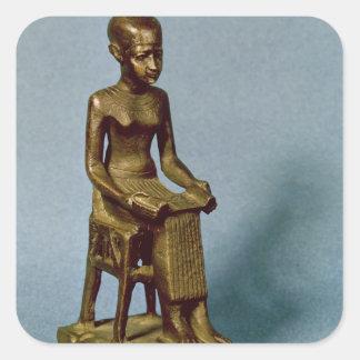 Estatua asentada de Imhotep que sostiene un Pegatina Cuadrada