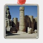 Estatua asentada de Ramesses II Adorno Navideño Cuadrado De Metal