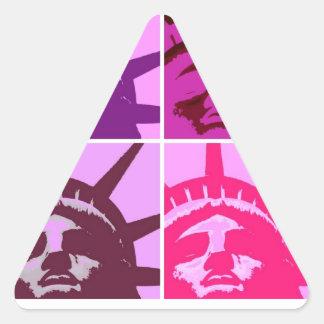 Estatua de arte pop de la libertad pegatina triangular