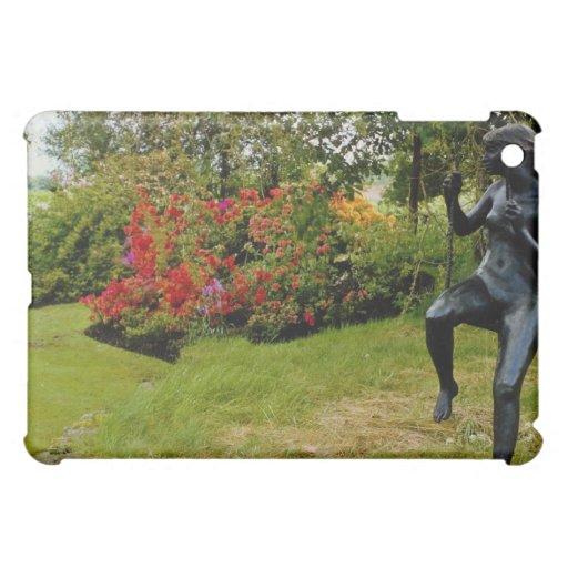 Estatua de bronce roja en el jardín inglés del paí
