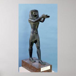 Estatua de dios Horus que hace una bebida Poster