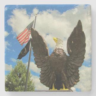 Estatua de Eagle calvo con la bandera americana y Posavasos De Piedra