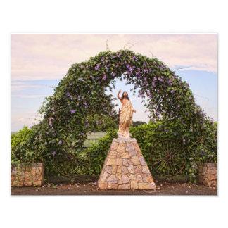 Estatua de Jesús con las flores hermosas Impresiones Fotográficas