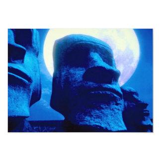 """Estatua de la isla de pascua con la luna invitación 5"""" x 7"""""""