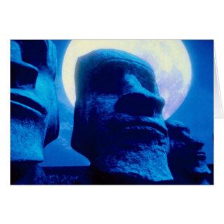 Estatua de la isla de pascua con la luna tarjeta de felicitación