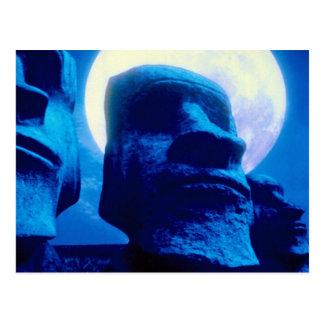 Estatua de la isla de pascua con la luna postal