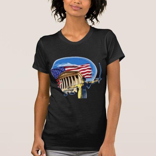 Estatua de la justicia delante de la bandera camiseta