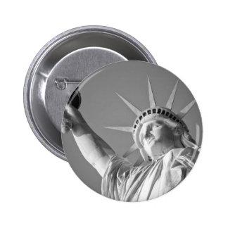 Estatua de la libertad blanca negra pin redondo de 2 pulgadas