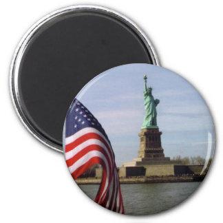 Estatua de la libertad con la bandera americana imán de frigorífico