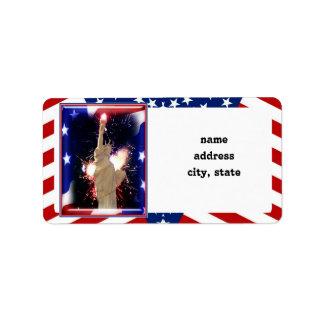 Estatua de la libertad con los fuegos artificiales etiquetas de dirección