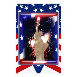 Estatua de la libertad con los fuegos artificiales papelería de diseño