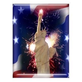 Estatua de la libertad con los fuegos artificiales postal
