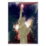 Estatua de la libertad con los fuegos artificiales felicitacion