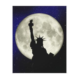 Estatua de la libertad contra la lona de la luna lienzo envuelto para galerías